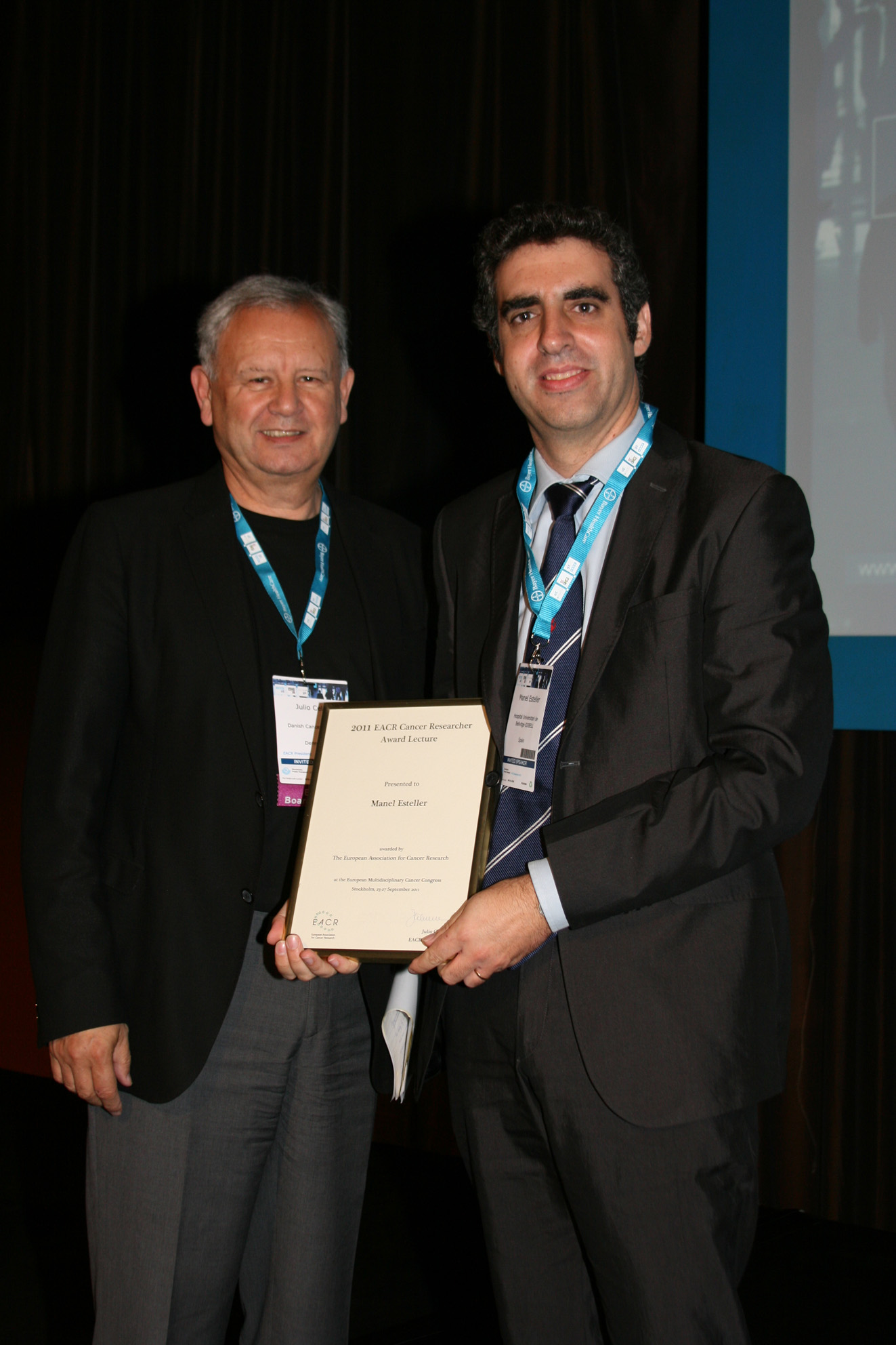 foto Researcher Manel Esteller with Julio Celis, President of the European Association for Cancer Research (EACR)