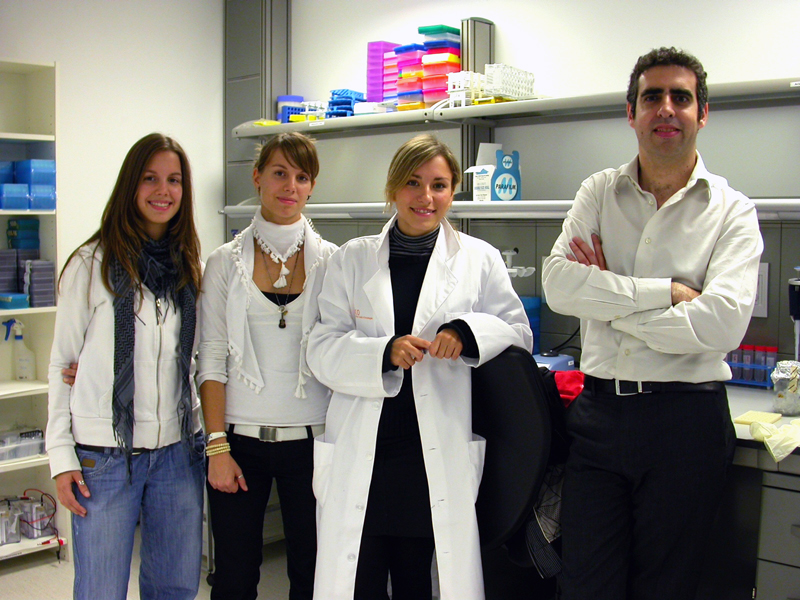 foto Two monozygotic twins and Dr. Manel Esteller, along a collaborator.