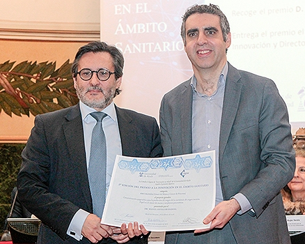 foto Dr Manel Esteller receivesd the award from Dr. Julio Mayol, Medical director of Hospital Clínico San Carlos and jury member