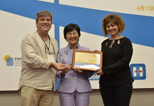 foto In the picture: Shu-Ti Chiou (centre), responsible for Health Promotion in Taiwan, presents the award to Esther Carabasa and Esteve Fernandez, ICO. Photo: ICO